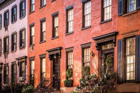 Reihe von schönen Backstein- und Brownstone-Wohnungen in New York City von außen gesehen.