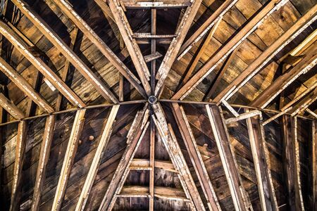 Wooden beam pattern on interior ceiling in rustic barn Stockfoto
