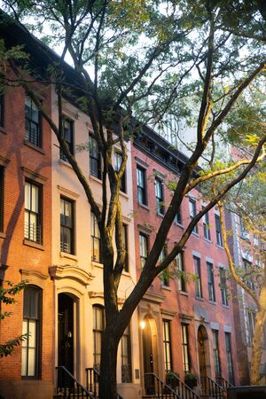 Row of typical Residential homes seen from New York City Manhattan Stockfoto - 131903771