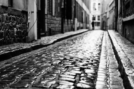 personas en la calle: Calle mojada después de la lluvia