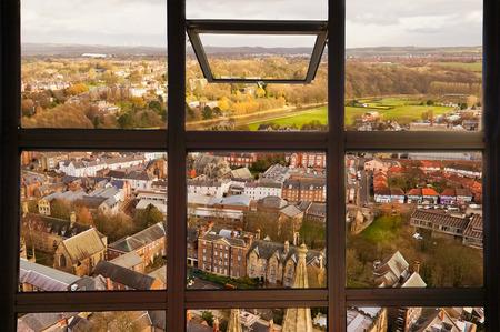 ventana abierta: Ventana abierta al ver la vista superior de la ciudad de Durham. Esta imagen fue tomada en la torre de Durham, que es una parte de la catedral de Durham, Inglaterra.