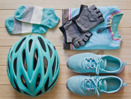854af4743bca3 パステル カラーのスポーツ装置の平面図: ヘルメット、靴、サイクリングの服