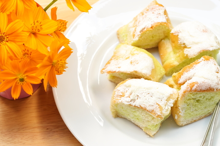 Sweet butter bread of dish on the wooden table and flower. Standard-Bild