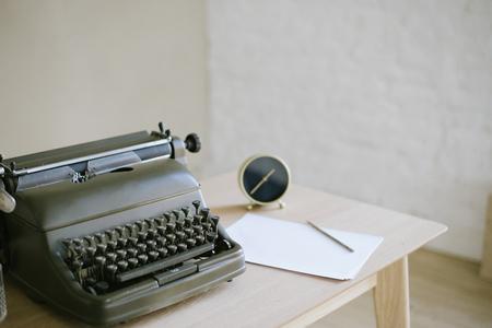 desktop, retro typewriter Reklamní fotografie
