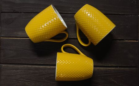 Yellow cups on shelf. tazas amarillas en el estante
