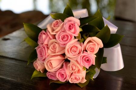 bruidsboeket: Bruidsboeket van roze rozen op de tafel