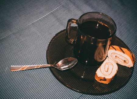 cafe bombon: Café Bombón y oblea rueda en una servilleta oscura