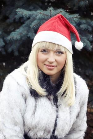 bontjas: blonde in Kerst mis cap en wit bont jas