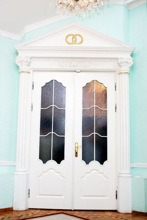 anagrafica: Civile porta dell'ufficio del Registro di sistema per la cerimonia di nozze con anelli d'oro