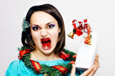evil girl: Evil ragazza di sangue in bocca, ghirlanda di Natale sul collo e le campane fiato a portata di mano mixer