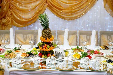 Tabella servito con un sacco di cibo per ricevimento di matrimonio