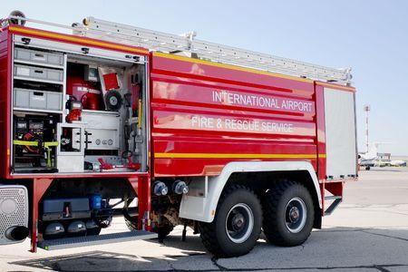 Aeroporto fuoco camion con sezione aperta con meccanismi interni e dispositivi su asfalto