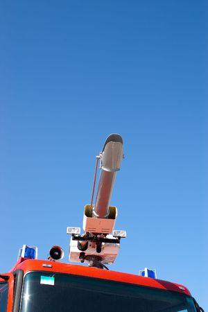 flashers: Ca�ones de agua en la lucha contra incendios de techo de camiones con destellos azules y altavoz contra el cielo azul