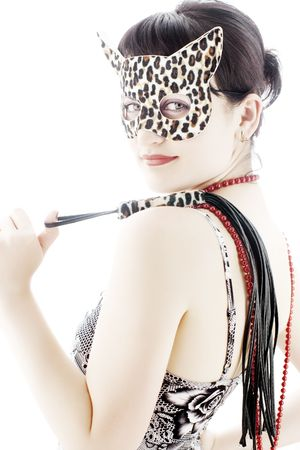 Giovane donna leopardo maschera con una pelle di frusta isolato sul fuoco selettivo, bianco