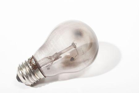 Bruciata la lampadina su sfondo bianco con ombra