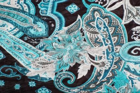 Modelli orientali blu su un tessuto di sciarpa con attenzione selettiva