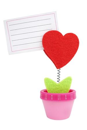foglio a righe: cuore di lana rosso clip crescendo dal vaso di fiori, con nota di carta bianca rigata isolata on white