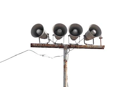 Fila di altoparlanti su vecchie palo arrugginito isolato su bianco Archivio Fotografico