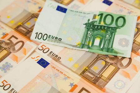 one hundred euro banknote: Un centenar de billetes en euros en dinero de fondo