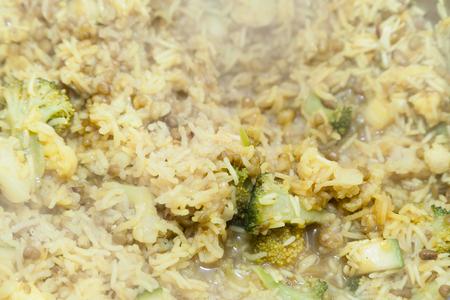 arroces: Cocinar el arroz con br�coli y el enfoque selectivo
