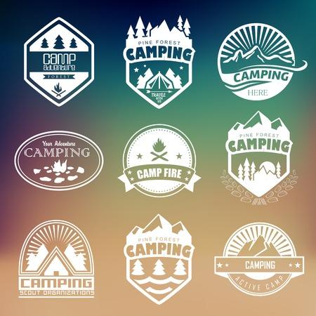 campamento: Conjunto de insignias retro y etiqueta logo gr�ficos. Insignias de acampada y logo de viajes emblemas