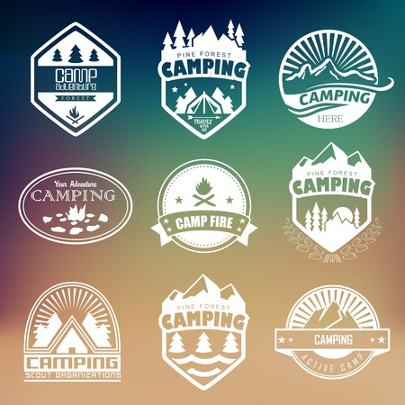 montagna: Set di badge retrò e l'etichetta grafica del logo. Distintivi campeggio e logo di viaggio emblemi