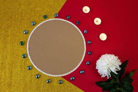 圈子形状卡片,装饰物品,与金子和红色背景的白花