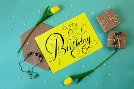 """明信片或互联网横幅上写着生日祝福,上面写着""""生日快乐"""""""