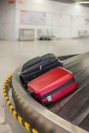 Gepäck am Flughafen verloren. Gepäcksortierung - Gepäck auf dem Förderband am Flughafen.