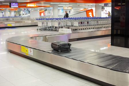 Bagaglio smarrito in aeroporto. Smistamento bagagli - Bagagli su nastro trasportatore in aeroporto. Archivio Fotografico