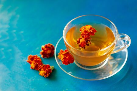 A cup of tea from the flowers of Calendula and Chernobrivtsov. Processing of dried flowers marigolds. Zdjęcie Seryjne