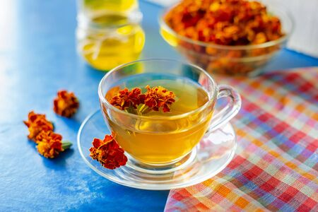 A cup of tea from the flowers of Calendula and Chernobrivtsov. Processing of dried flowers marigolds. Banco de Imagens