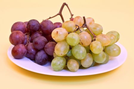 green and dark blue grapes