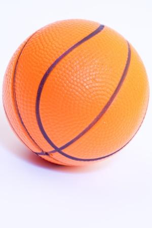 Baloncesto anaranjado aislado en el blanco