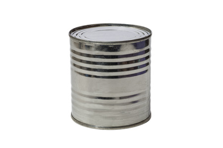 Las latas cerradas sobre un fondo blanco