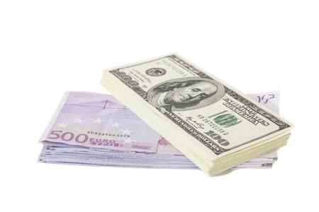 Los billetes de euro y de d�lar aisladas en blanco
