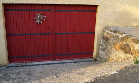 talisman: gran puerta roja con talism�n Foto de archivo