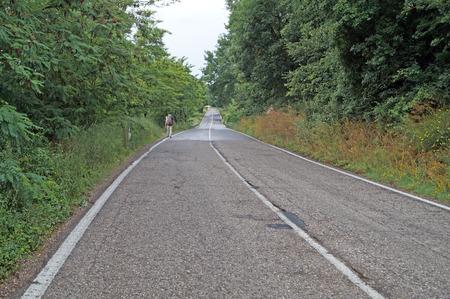 empedrado: Turista que recorre en la carretera pavimentada Foto de archivo