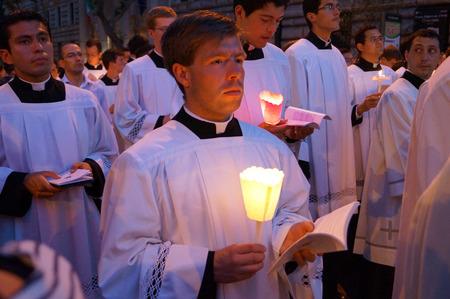 cristianismo: ROMA, Italia - 04 de junio 2015: Durante la celebración de la Fiesta de Corpus Christi (Cuerpo de Cristo) también conocida como Corpus Domini, es una celebración de la creencia de rito latino en el cuerpo y la sangre de Jesucristo.