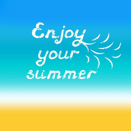 あなたの夏の手を楽しむレタリングします。ぼやけ海辺背景に引用書道グランジ スタイル。ベクトルの図。