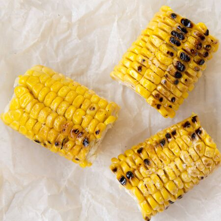 Grilled corn on the cob, close-up. Summer food. Overhead, top view, from above. Banco de Imagens