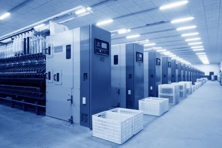 Luannan, 20 Novembre 2012: Machines et matériel dans une ligne de production de filature dans l'entreprise de filature Zeao, en Novembre 20 2012, le comté de Luannan, en Chine. C'est le plus important d'une entreprise de filature moderne dans la province du Hebei. Banque d'images - 19074916