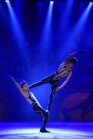 Le comté de Luannan - 22 FÉVRIER Dans la Lanterne Parti chinois Festival du soir, les jeunes acteurs masculins effectuant des acrobaties modernes sur scène, le 22 Février 2013, le comté de Luannan, province du Hebei, en Chine Banque d'images - 19153568