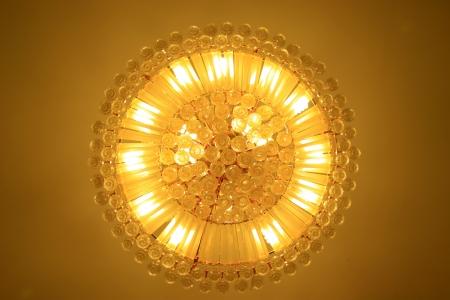 Kronleuchter Mit Glasschirm ~ Glas kronleuchter hängen von der decke in einem hotel lizenzfreie