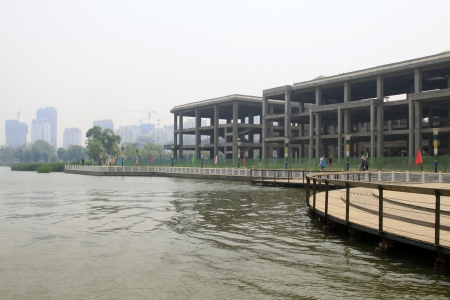 unfinished building: edificio incompiuto dal fiume, la Cina del Nord