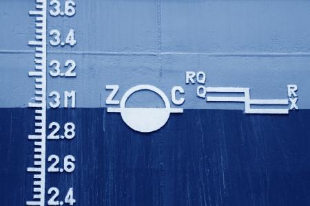wasserlinie: Nahaufnahme der Wasserlinie auf dem Schiff markiert