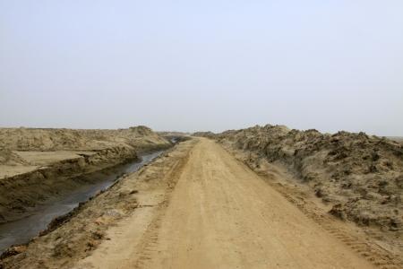 Strade sterrate e fossa di drenaggio in natura