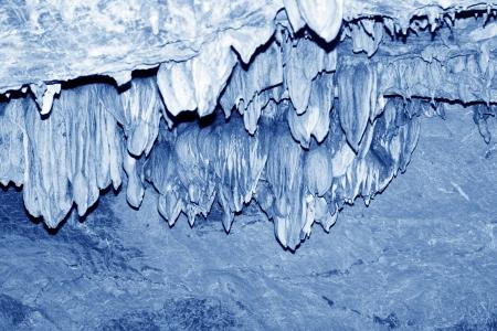 calcium carbonate: stalattiti nel tunnel d'acqua, peculiare paesaggio di natura