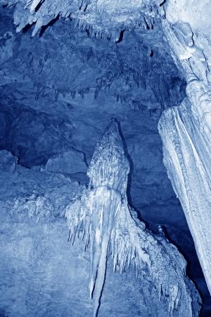 eigenaardig: stalactieten in het water tunnel, eigenaardige landschap van de natuur