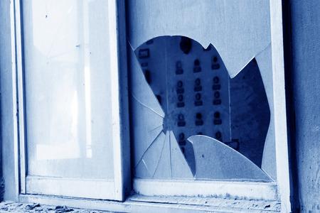 Vitre sale et cassée dans une usine Banque d'images - 26047027